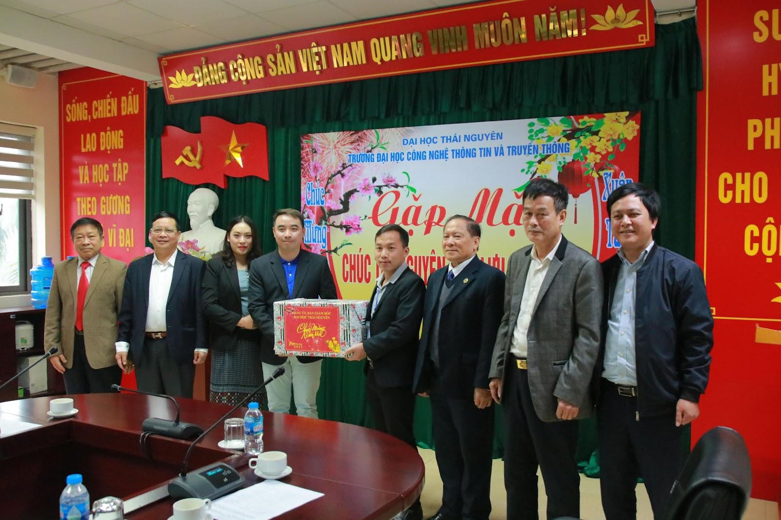 Lãnh đạo Đại học Thái Nguyên tặng quà cho các LHS.
