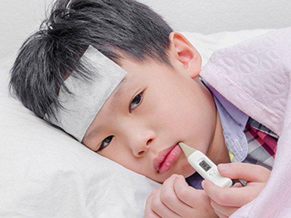 Trẻ sổ mũi hắt hơi do cảm cúm