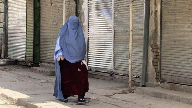 Женщина на улице в Кабуле