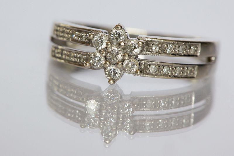 800px-Diamond_ring_by_Ernst_Vikne.jpg