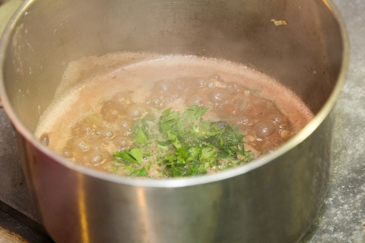 Добавьте соль и перец по вкусу для постного супа с фасолью