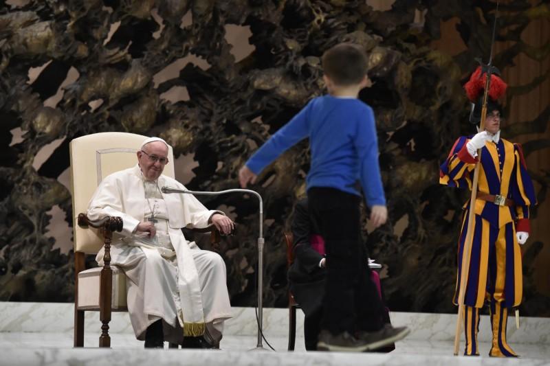 Đức Phanxico ủng hộ bé tự kỷ trên lễ đài: 'Bé hoàn toàn tự do'