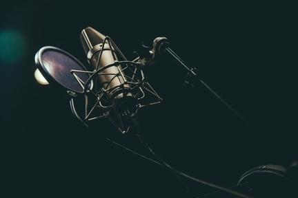 Pop filter na frente de um microfone