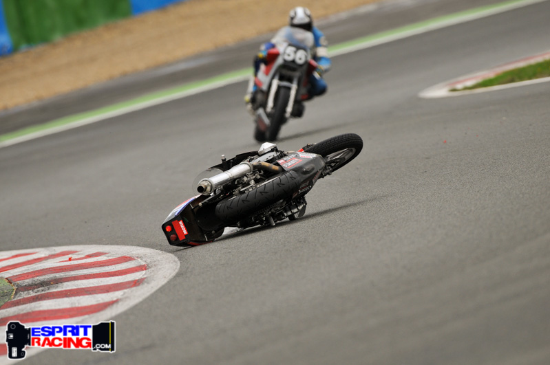 la moto de Roger Ruiz tombe devant Michel Siméon
