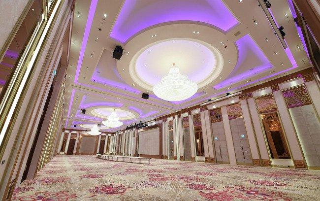 Phòng đại tiệc được trang bị hệ thống âm thanh, ánh sáng hiện đại