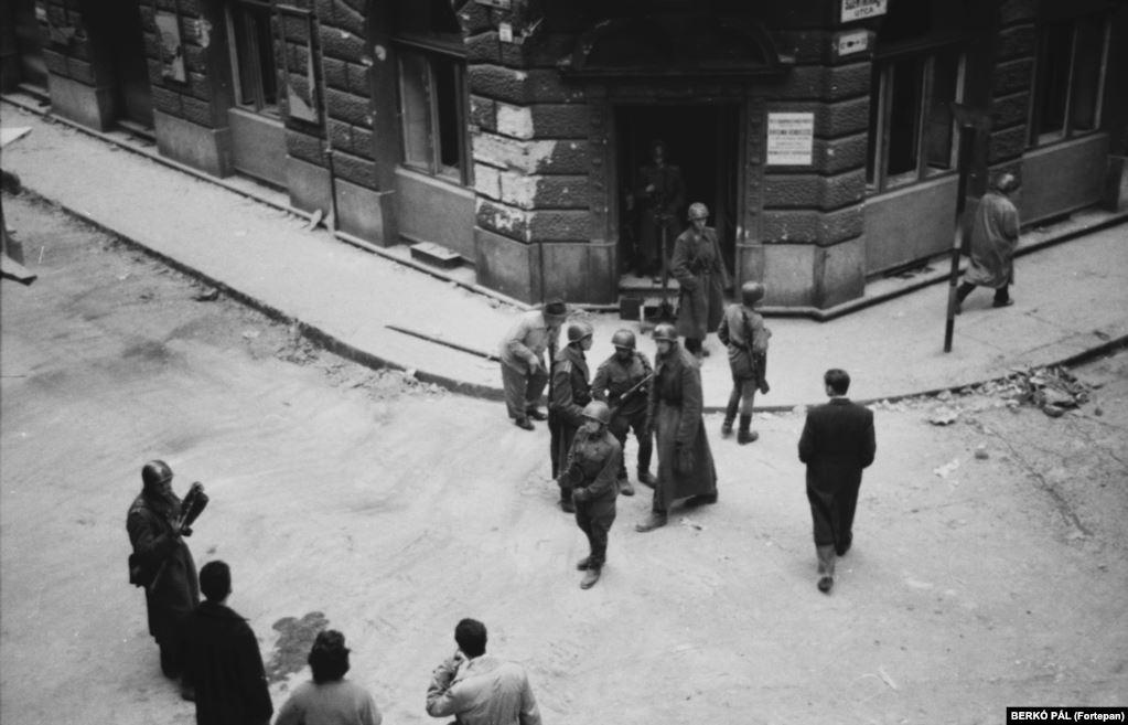 Советские войска вернулись в Будапешт в ноябре 1956 года. СССР совершил массированную военную интервенцию, чтобы вернуть к власти коммунистический режим