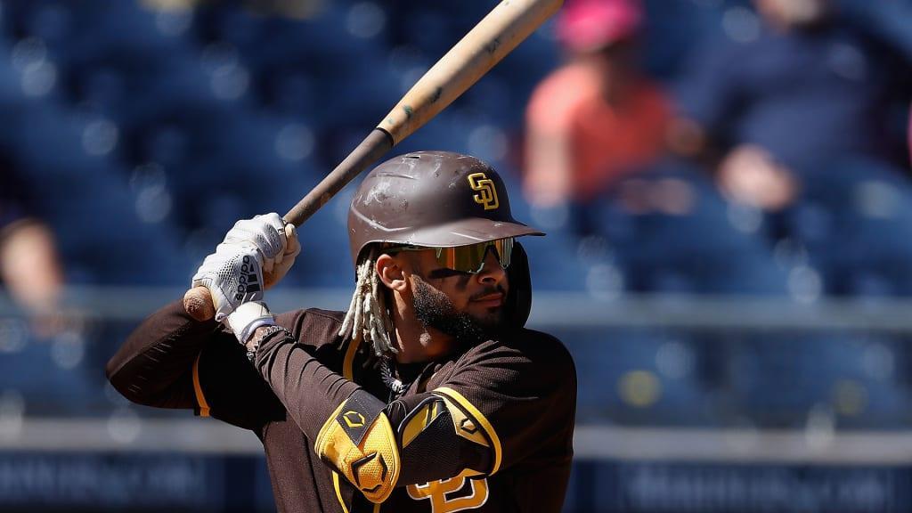 Un hombre con un bate de béisbol  Descripción generada automáticamente con confianza media