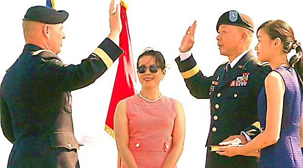Chuẩn Tướng Flora, tay trái đặt trên bìa cuốn Kinh Thánh do con gái cầm, tay phải giơ tay thề trung thành với Tổ Quốc Hoa Kỳ và giữ sự trung tín trong chức vụ mới.