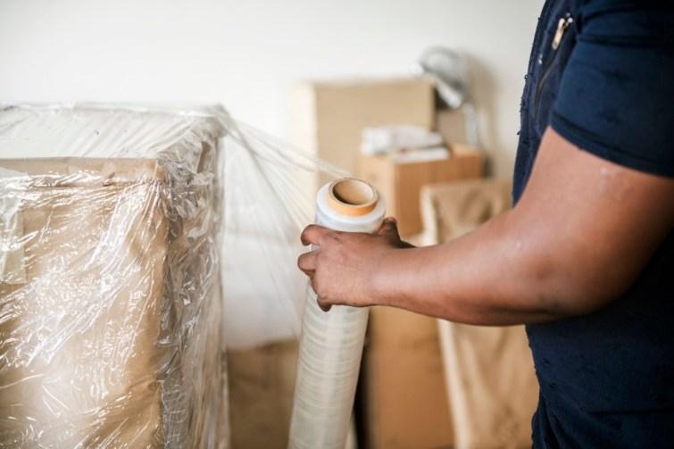 Internationales Umzugsunternehmen packt Möbel ein