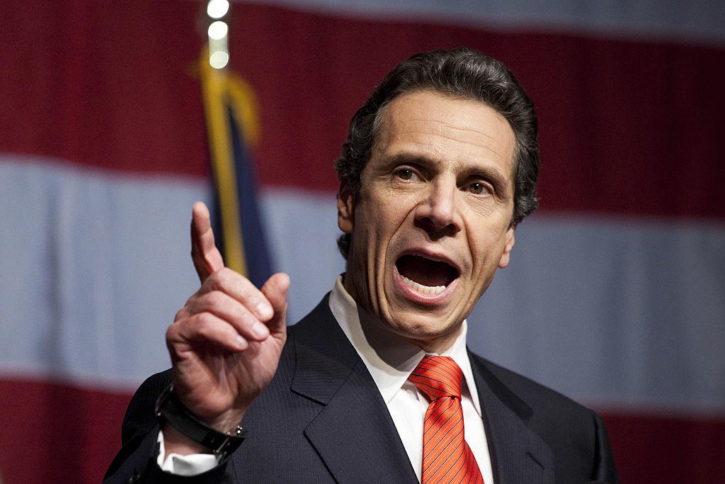 Khi các thành phố bị đóng cửa, nhiều người Mỹ biểu tình ôn hòa yêu cầu mở cửa kinh tế, Thống đốc bang New York Andrew Cuomo nhấn mạnh việc đóng cửa và giãn cách xã hội là cần thiết, nó quan trọng hơn cả phát triển kinh tế, cho dù chỉ cứu được một mạng người. (Getty)