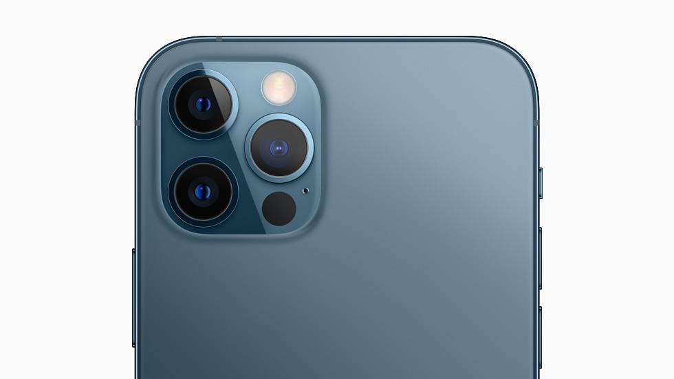 Eine Rückansicht des iPhone 12 Pro zeigt die Objektive des Pro Kamerasystems.