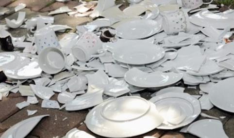 Mơ thấy chén ngọc trong đống bát đĩa vỡ