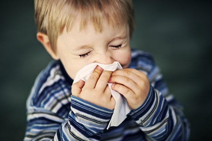 Trẻ bị hắt hơi sổ mũi do lạnh