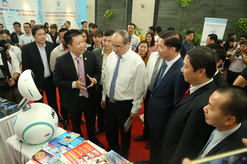 Ông Nguyễn Thiện Nhân_ UV BCT, Bí thư Thành ủy TP HCM cùng các đại biểu đến tham quan gian hàng MISA