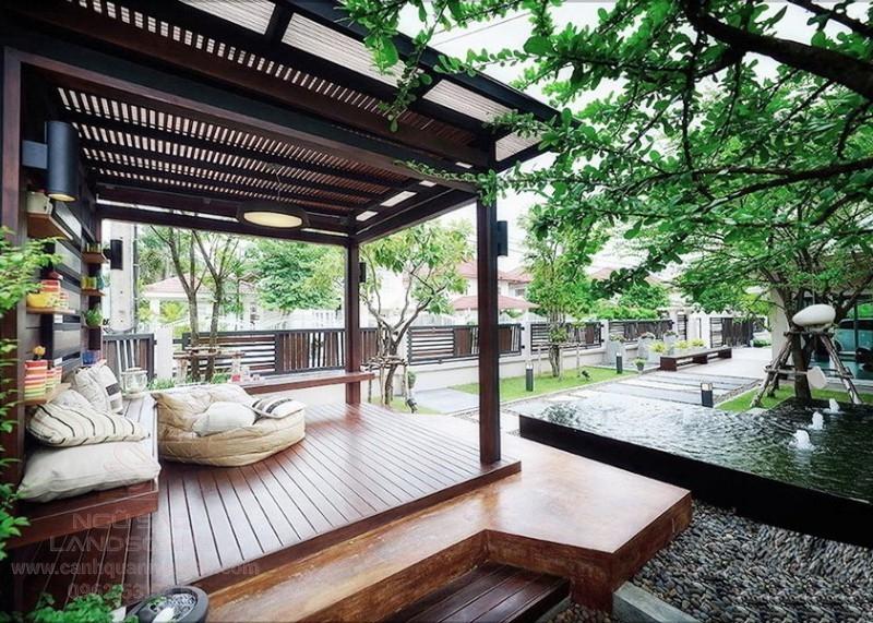 Sân vườn với chòi nghỉ bằng gỗ