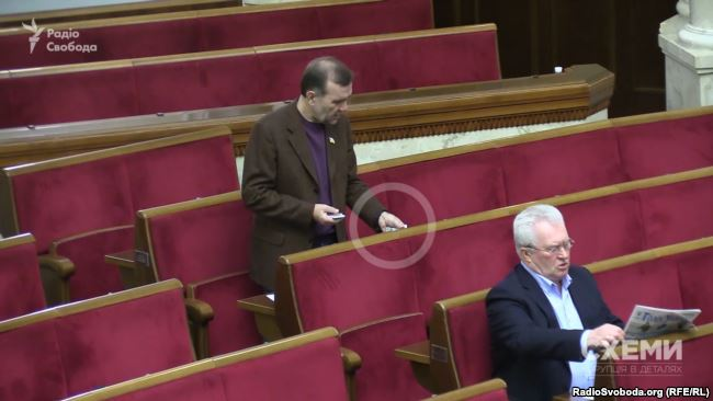 Депутат від БПП Олександр Бакуменко теж розставляє чужі картки