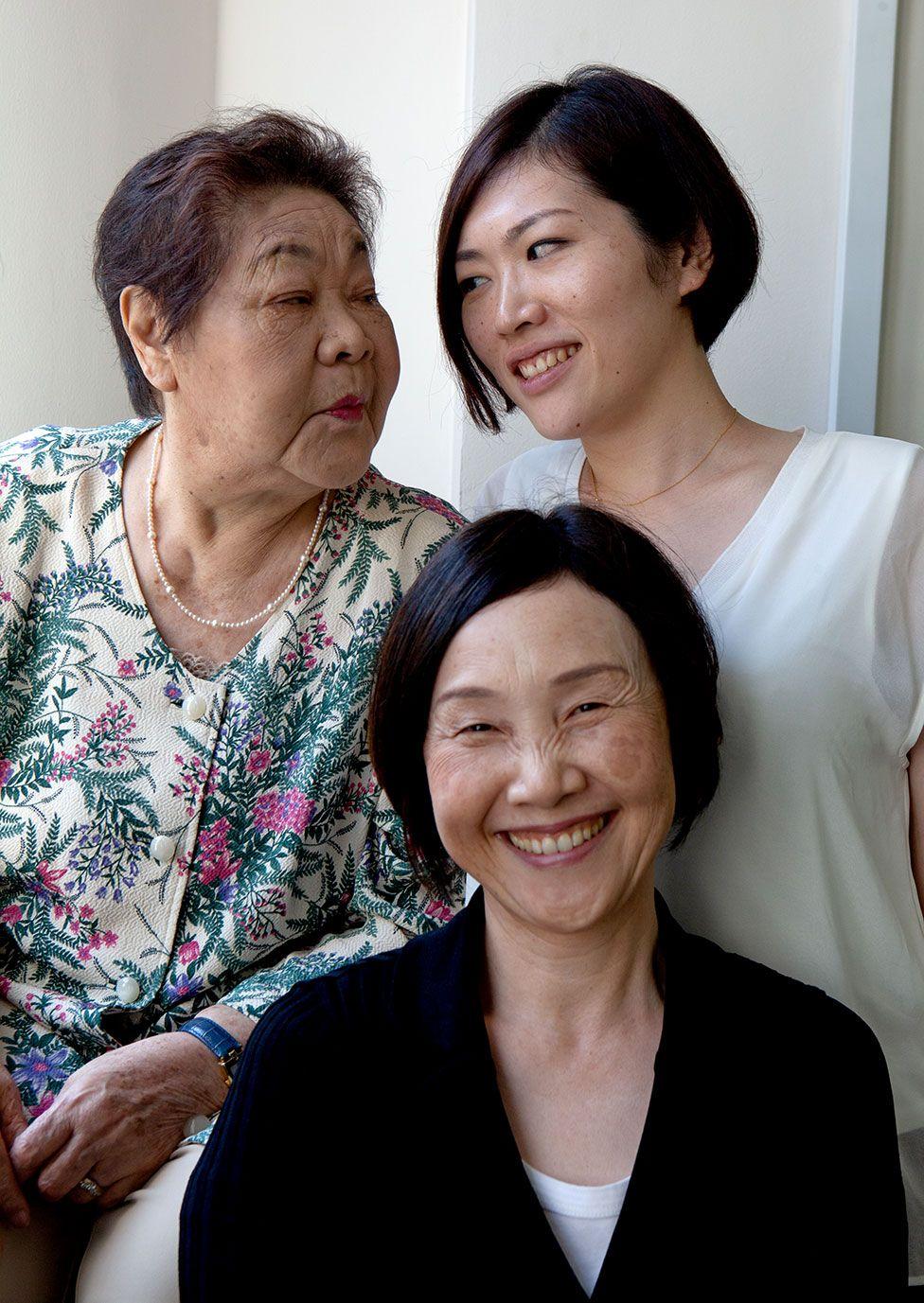 Теруко з дочкою Томоко та онукою Куніко у 2015 році