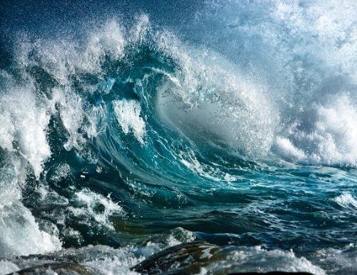 Photo dune grosse vague en pleine tempête, la mer est très agitée.