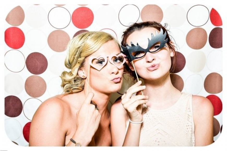 gallery/photo-booth-wedding-party-girls-160420