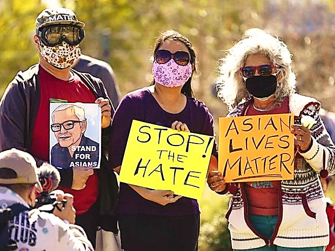 Người biểu tình cầm di ảnh ông Vichar Ratanapakdee, phản đối tình trạng kỳ thị chống lại cộng đồng gốc Á ở Mỹ  /// CHỤP MÀN HÌNH CHICAGO TRIBUNE