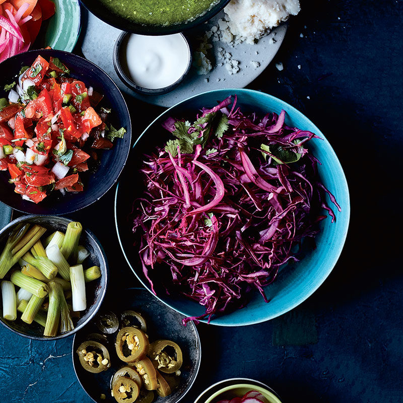 Salad rau trộn bắp cải tím giúp tạo cảm giác no lâu cho mọi người