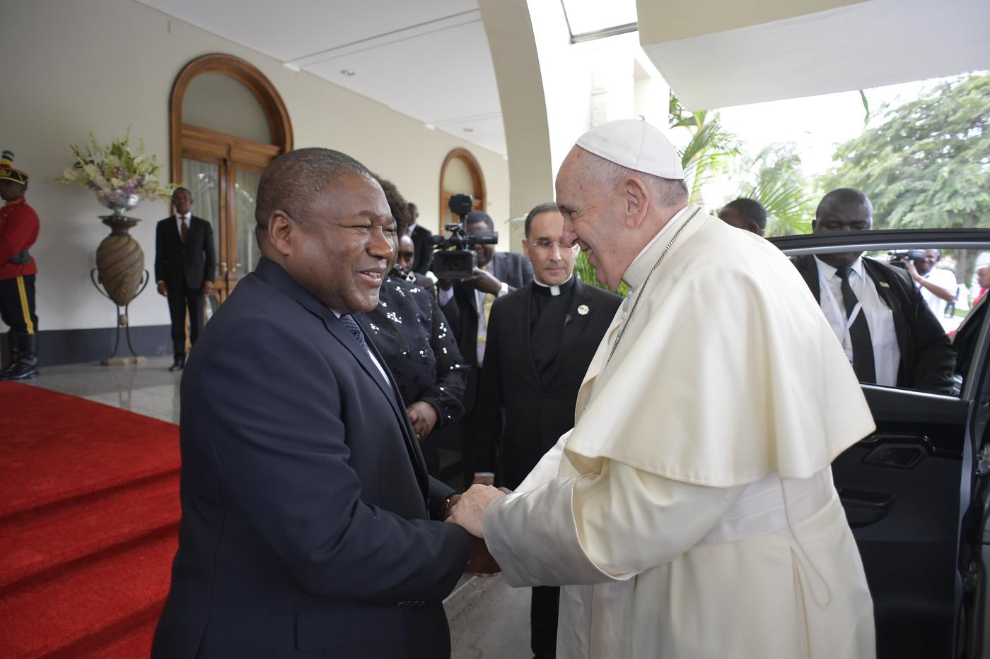 'Hòa bình không chỉ đơn thuần là vắng bóng chiến tranh, nhưng là một cam kết không mệt mỏi,' Đức Thánh Cha nhắc nhở các nhà chức trách của Mozambique (Toàn văn)