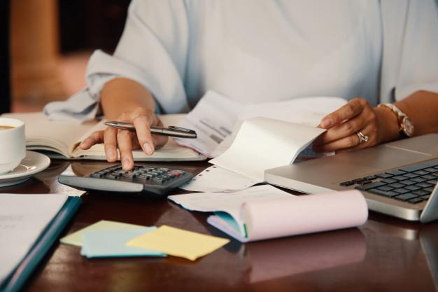 Entrepreneur working with bills Free Photo