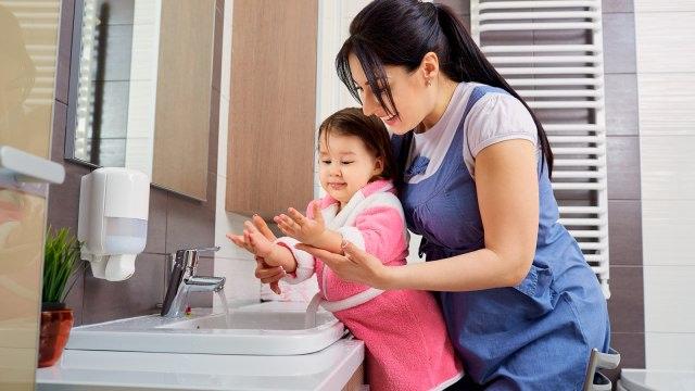 Anak cuci tangan pakai sabun.