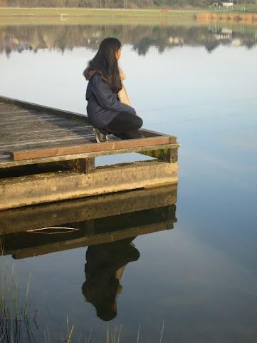jeune fille sur le lac