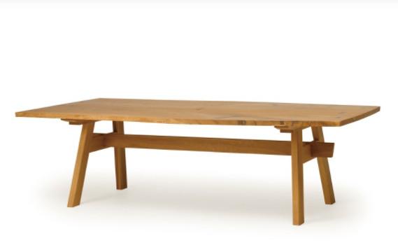 椅子を3つ並べられるロングテーブルも便利