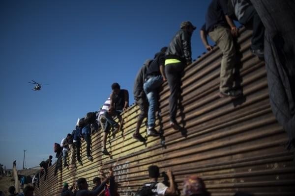 Migrantes intentan sin éxito cruzar a la fuerza la frontera entre México y  Estados Unidos - La Nación