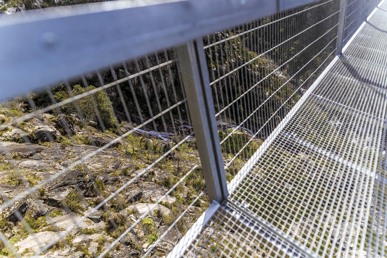 Os gradis de metal permitem ver os 175 metros abaixo da ponte, até o leito do Rio Paiva (Imagem: 516 Arouca/Divulgação)