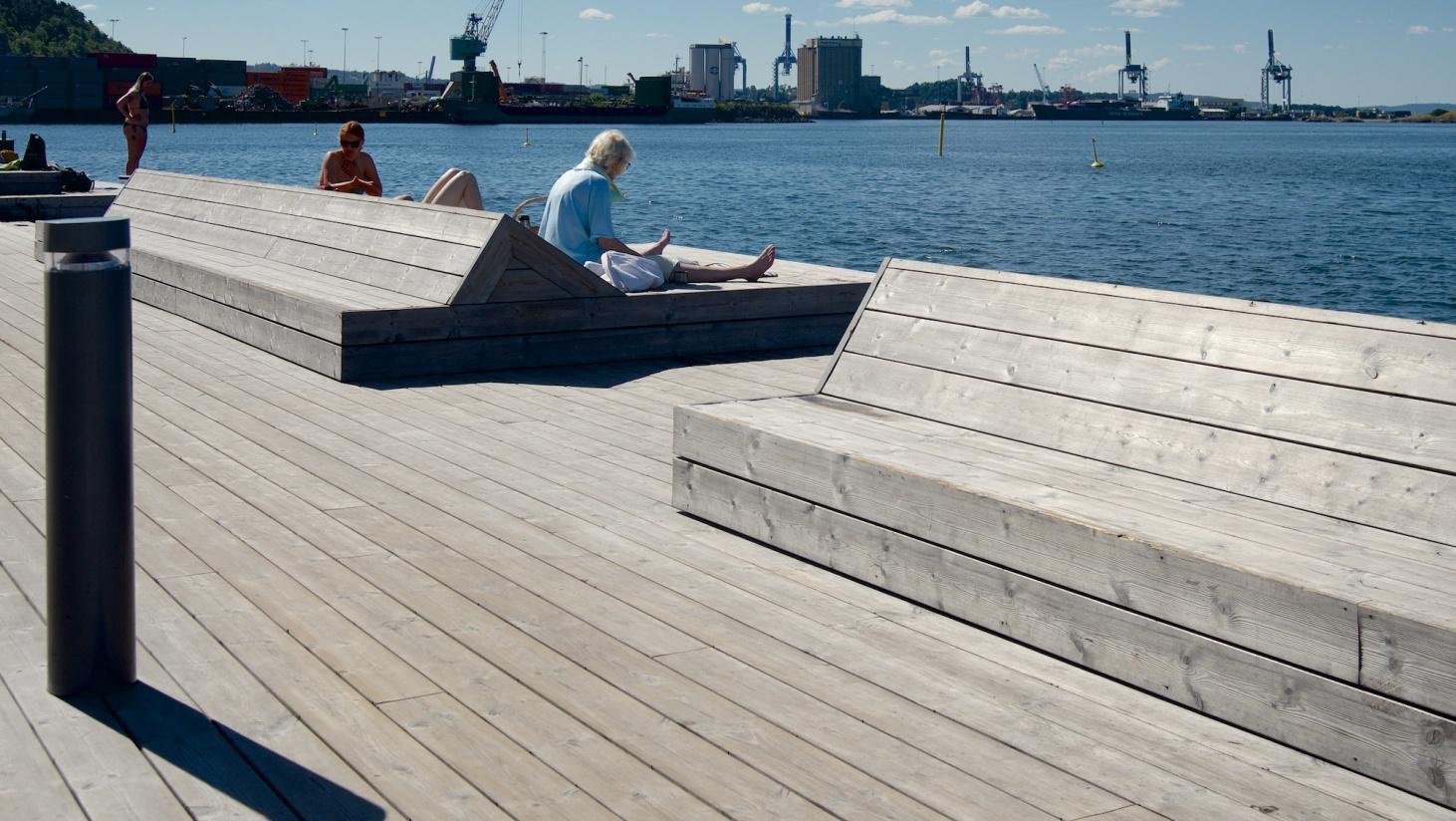 Møbler integreret i terrassen