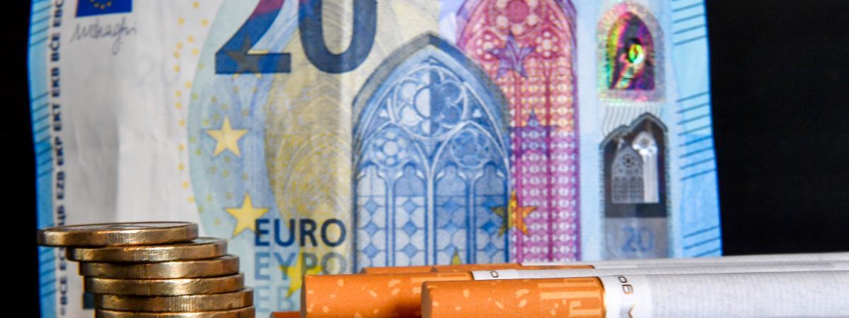 En France, en 2018, le prix d\'un paquet de 20 cigarettes s\'élève aux alentours de 8 euros.