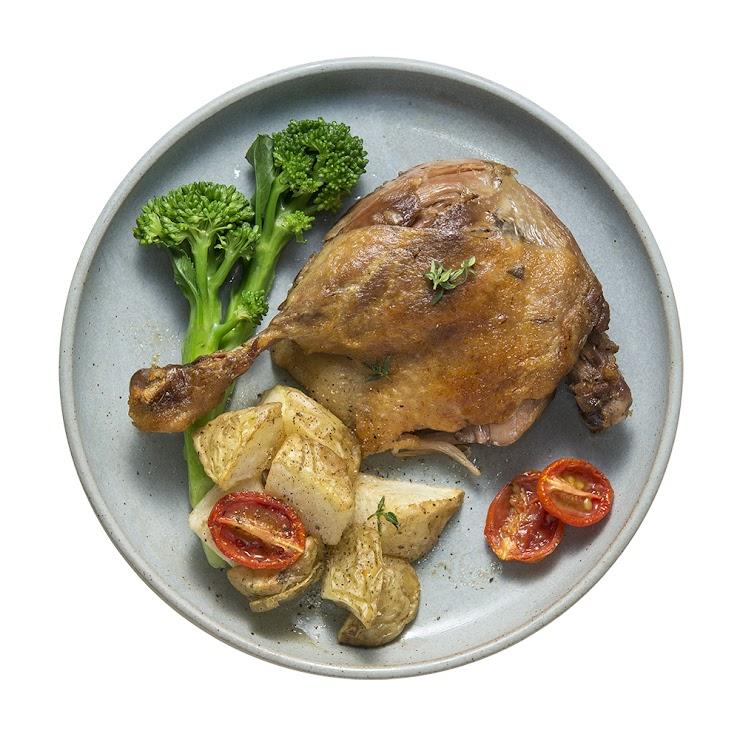 本商品包含鴨腿三支。 選用獲神農獎的屏東振聲鴨肉的最高級規格品,主廚王嘉平表現出鴨腿肉的飽滿風味,還有柑橘香氣以及杜松子所帶來的驚喜。只要稍微再熱煎過,就帶來美味的感動