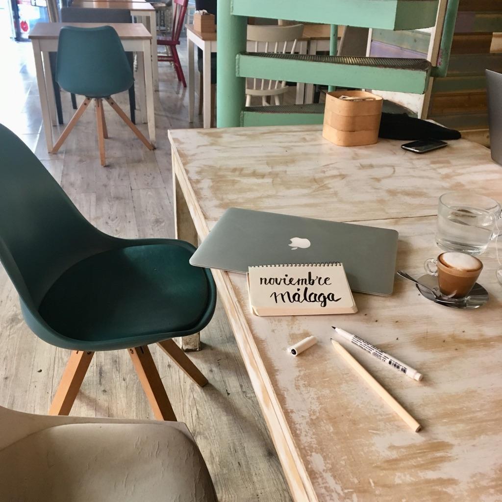 Obsah obrázku židle, stůl, patro, interiér  Popis byl vytvořen automaticky