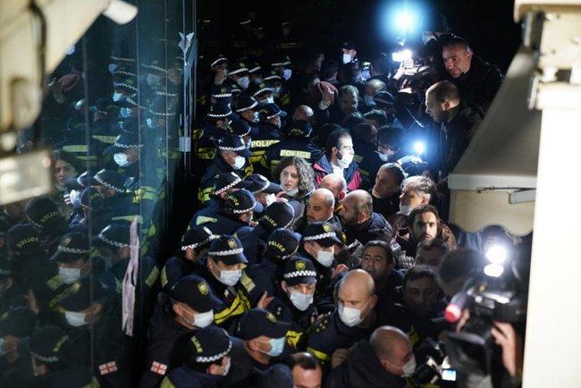 У Тбілісі відбулися протести через Познера, який приїхав святкувати день народження: готель, де він зупинився, закидали яйцями 02