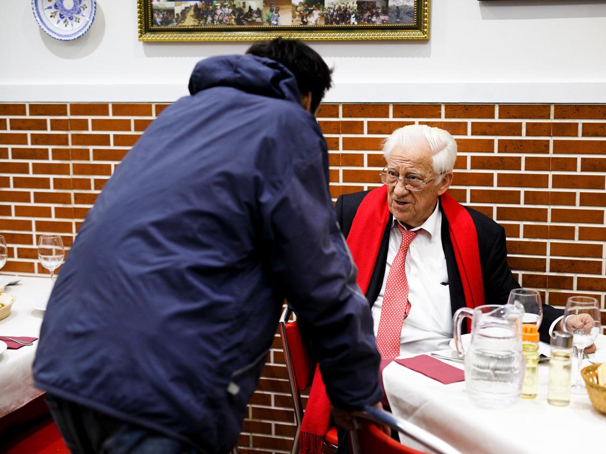 Vị linh mục này không chỉ nuôi người vô gia cư bữa ăn, ngài làm theo một cách riêng
