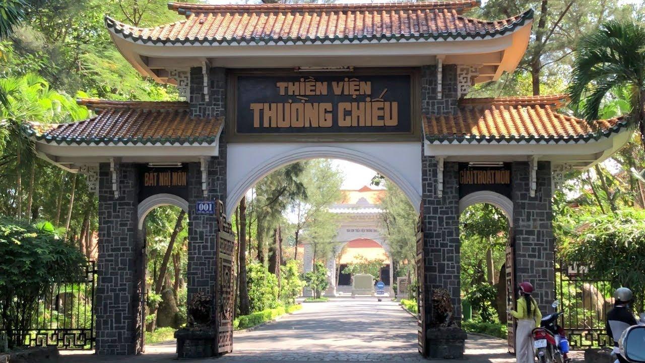 Qua cổng tam quan là ngôi chánh điện và tổ đường