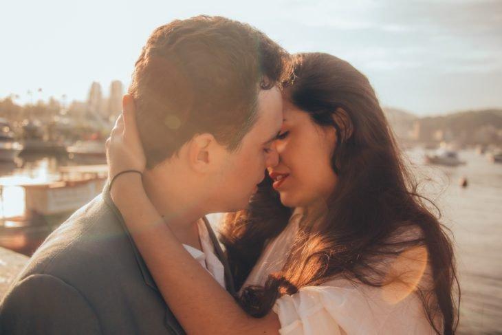 Hombre y mujer a punto de darse un beso