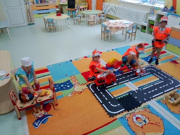 Изображение выглядит как внутренний, стол, игрушка, день рождения  Автоматически созданное описание