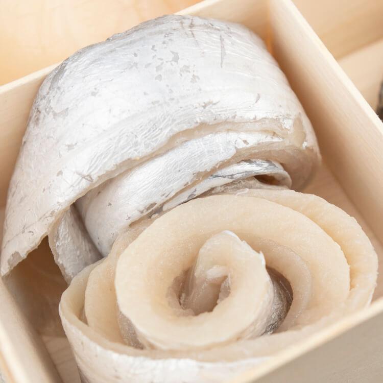 【去刺白帶魚花卷 × 2 卷】魚肉粉嫩鮮甜的白帶魚,一直是許多老饕三不五時想吃的美味。我們的白帶魚花是將自新鮮白帶魚去刺後,捲成魚花狀,要料理的時候可以整卷也可以先將魚卷拉直。附帶一提,大家知道嗎現在台灣抓的白帶魚越來越少了嗎?造成產量減少,一是因為白帶魚洄游到台灣前很多都已經被中國捕撈走了,二是因中國的行情價格更好,許多漁民都會選擇銷售到對岸去。