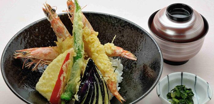 油炸可以讓蝦身更加扎實彈牙、但最好稍裹一層麵衣才能避免蝦身水分被油逼到過乾喔。