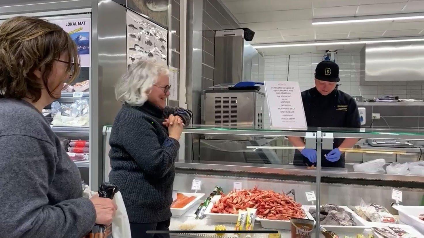 Et bilde som inneholder innendørs, person, mat, kvinne  Automatisk generert beskrivelse