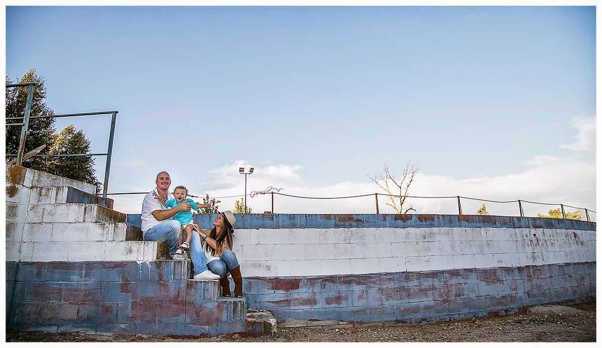 Fotografía original de unos padres abrazando a su hijo durante una sesión fotográfica.