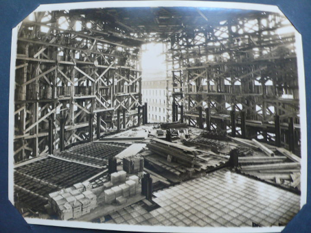 Chantier du Magasin 3 avec l'utilisation de planchers de verre. © Archives de La Samaritaine.