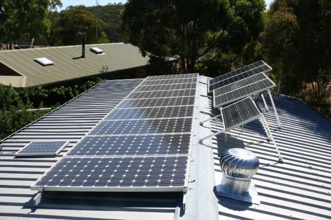 Uma imagem contendo ao ar livre, painel solar, objeto, metal Descrição gerada automaticamente