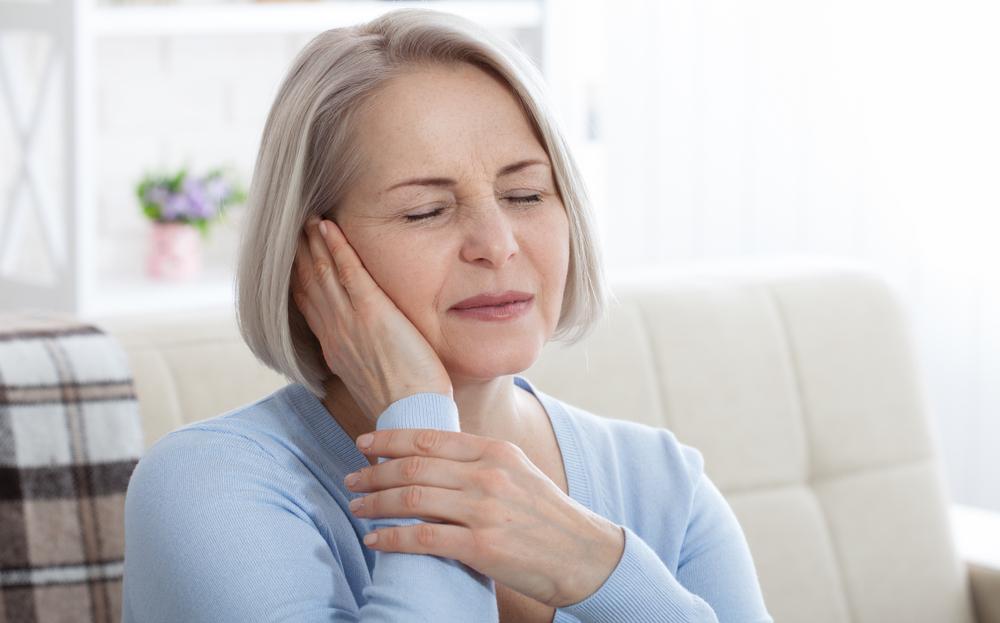Dor de cabeça é um dos sintomas da variante Delta. (Fonte: Shutterstock/Miss Ty/Reprodução)