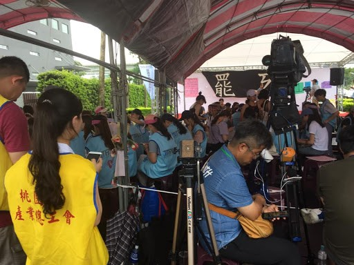 罷工期間,郭芷嫣每天在糾察線現場負責管理秩序。//圖片來源:楊進