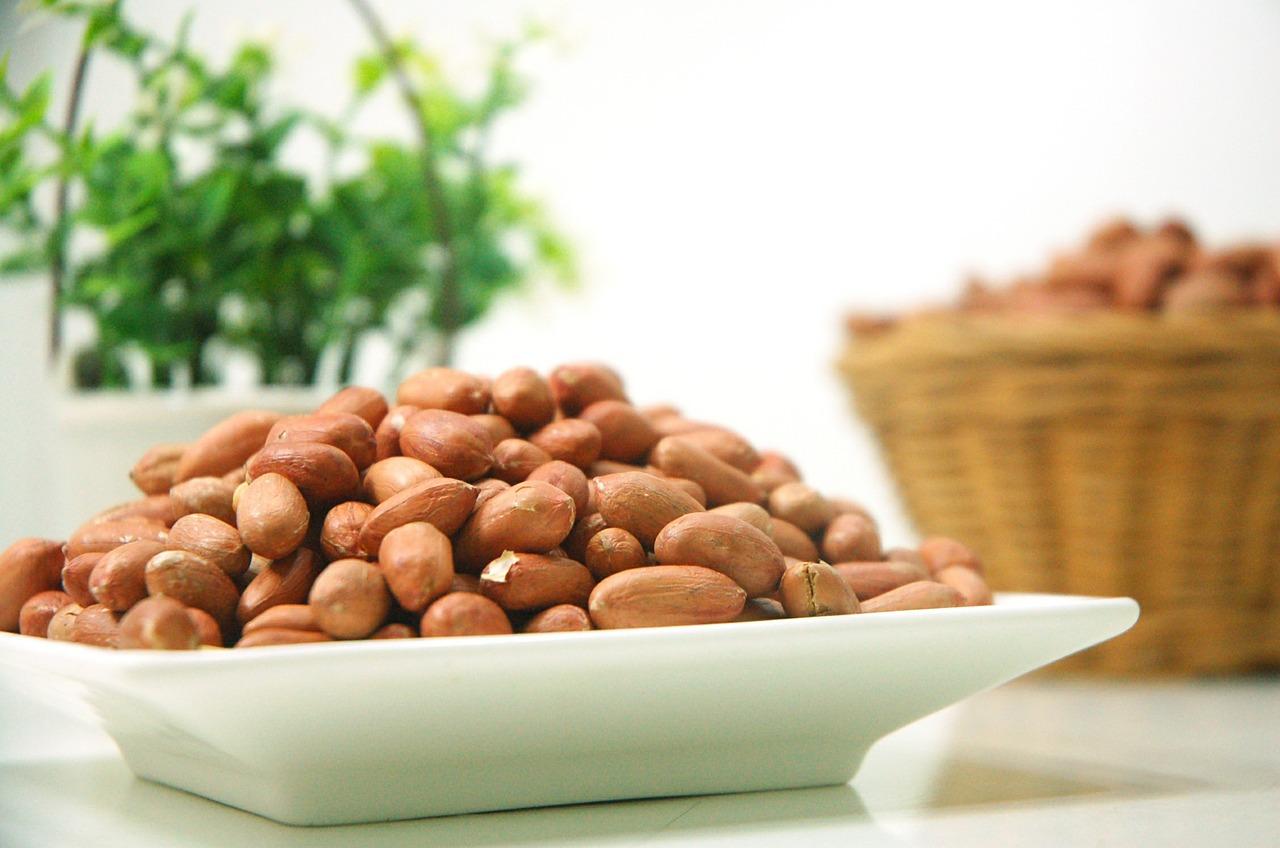 maapähklid taldrikul ja korvis